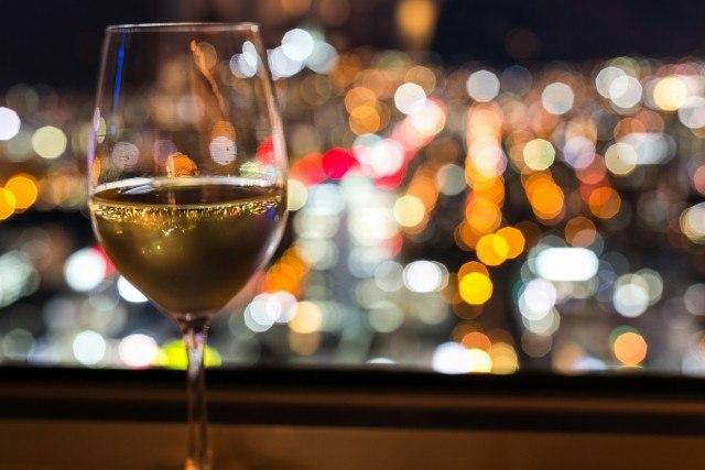 ソーテルヌ記事の夜景とグラスの画像